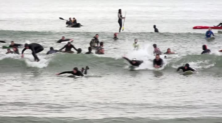 Thumbnail Les surfeurs protestent contre l'interdiction à la baignade sur la plage du Ris à Douarnenez